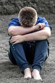 Abraçando alguém chorando