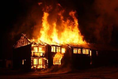 O que significa sonhar com casa pegando fogo