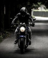 dirigindo moto