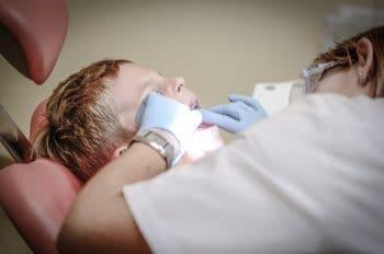 dente sendo extraído