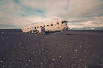 Avião desfeito após explosão