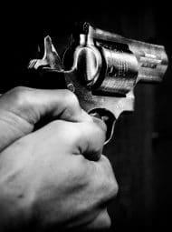 arma de fogo apontada pra vc