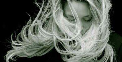 Sonhar com cabelo na comida