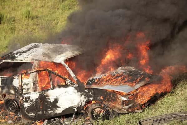 Sonhar com carro pegando fogo